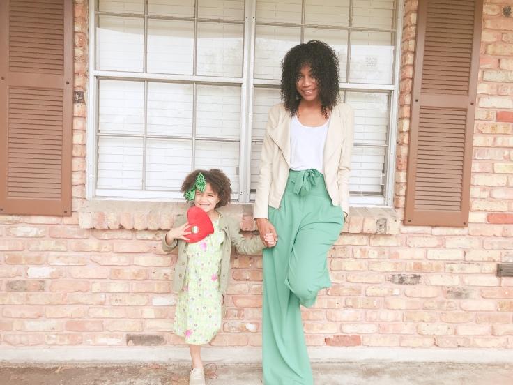 Staple items are essential for any minimalist wardrobe. #minimalist #minimalism #motherhood #momlife #summerwardrobe #minimalistliving