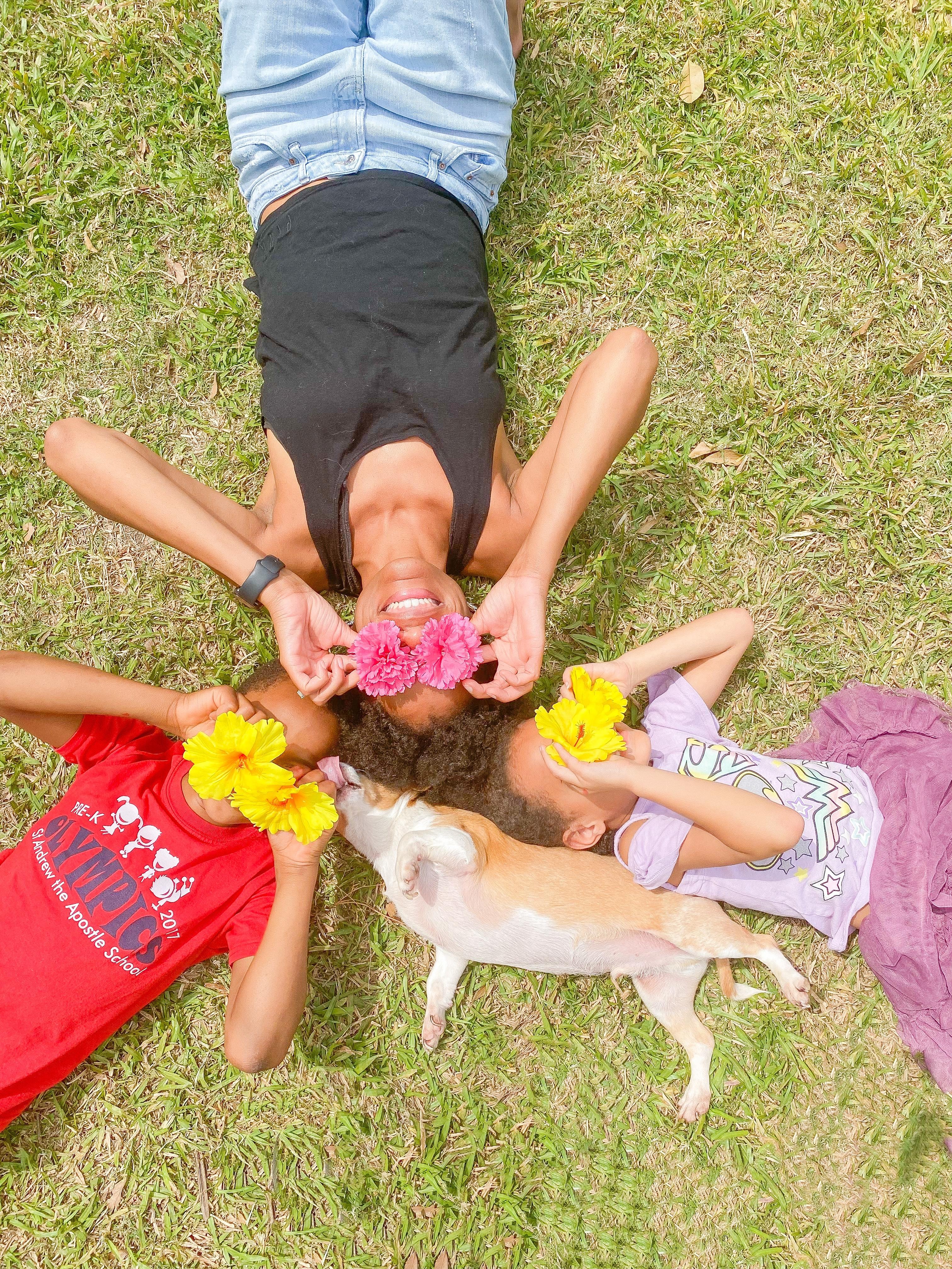 Add a prop to your family photos. #familyphotos #familyphotoideas #propsforphotos #familyphotoshoot #kidsphotoideas