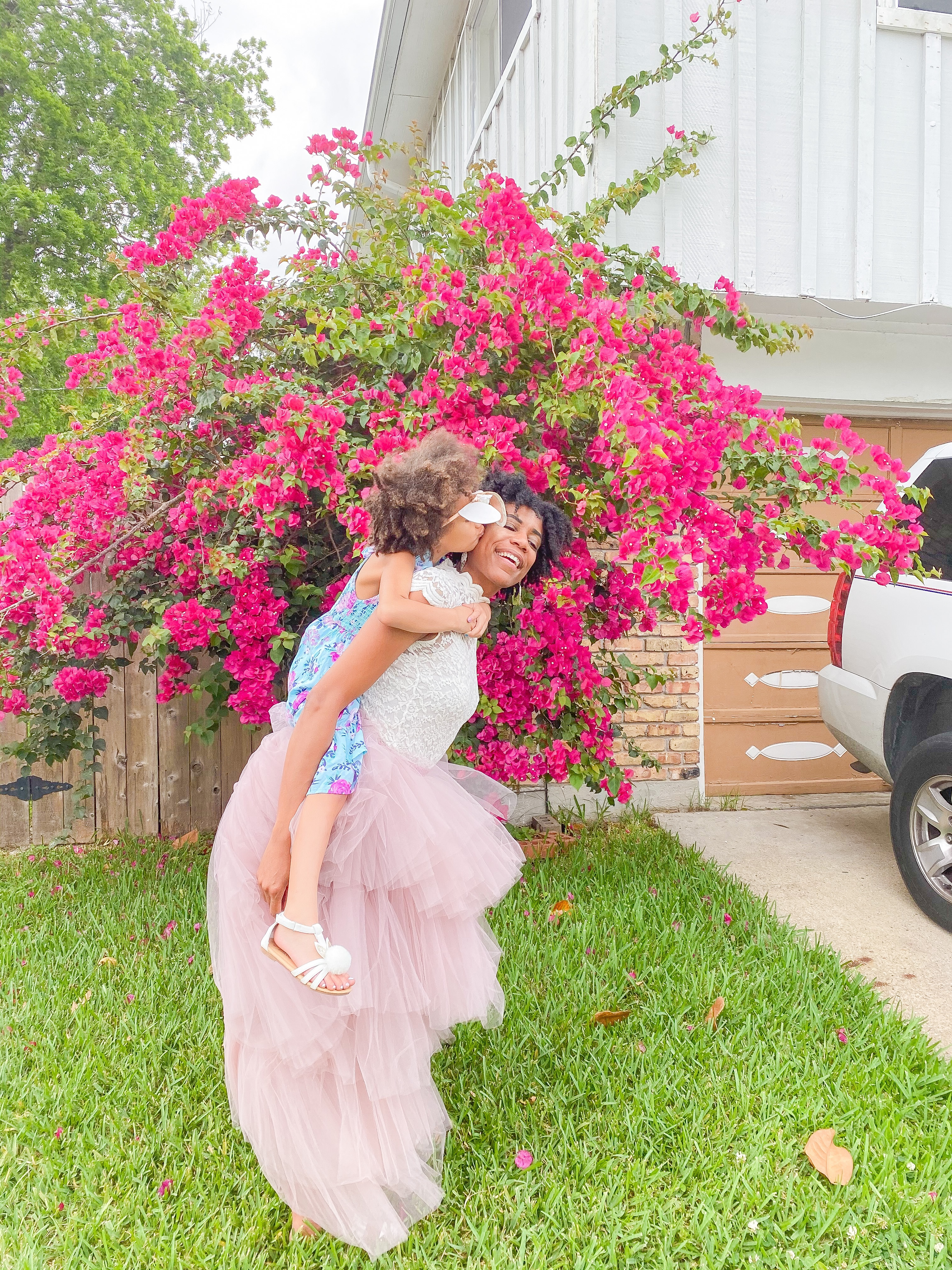Flowers always make a family photo better. #familyphotoideas #familyphotos #motherdaughterphoto #photosathome #kissesphoto #flowerphotography