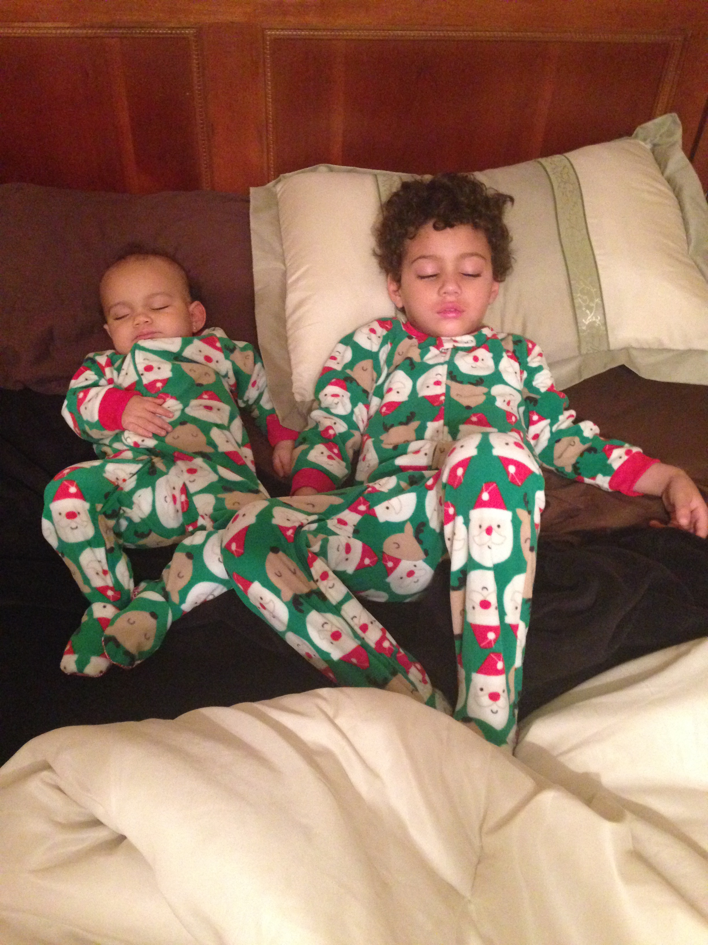 Pajamas photos and sleeping photos are both wins.   #familyphotos #familyphotoideas #sleepingphotos #familyphotoshoot #kidsphotoideas