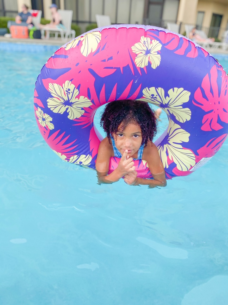 Chlorine from pools definitely must be washed out. It can significantly damage natural hair. #naturalhairjourney #naturalhaircare #summerhair #summerhairstyles #curlyhair #curlyhaircare #summernaturalhair #summercurlyhair